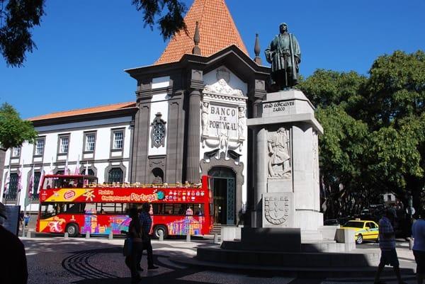 05_Stadt-Funchal-Touristenbus-Statue