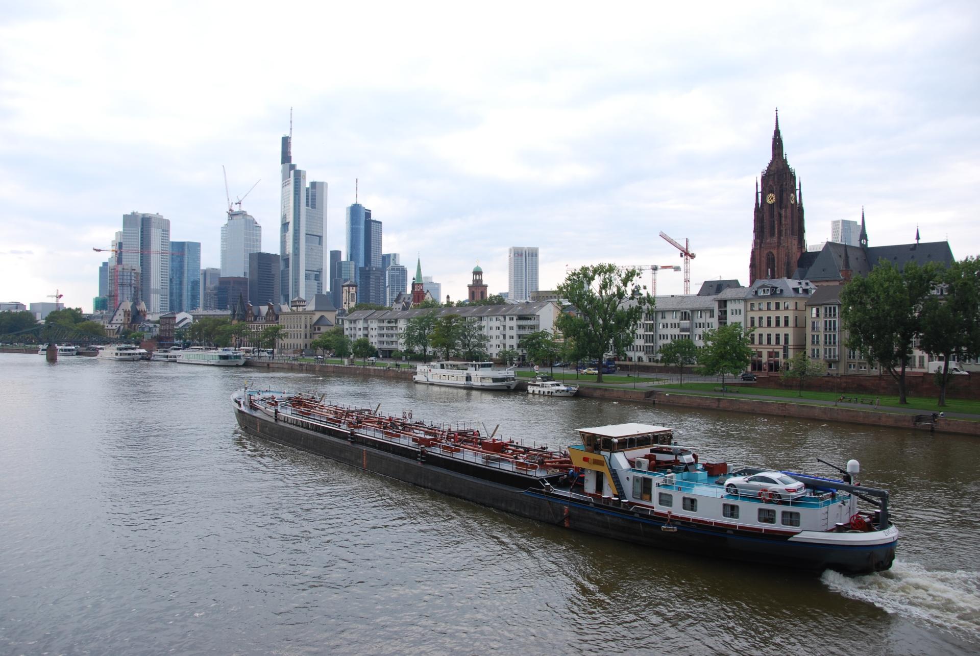 00 frankfurt am main skyline schiff 1 scaled