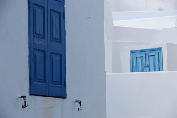 08_Blaue-Fensterlaeden-Santorini