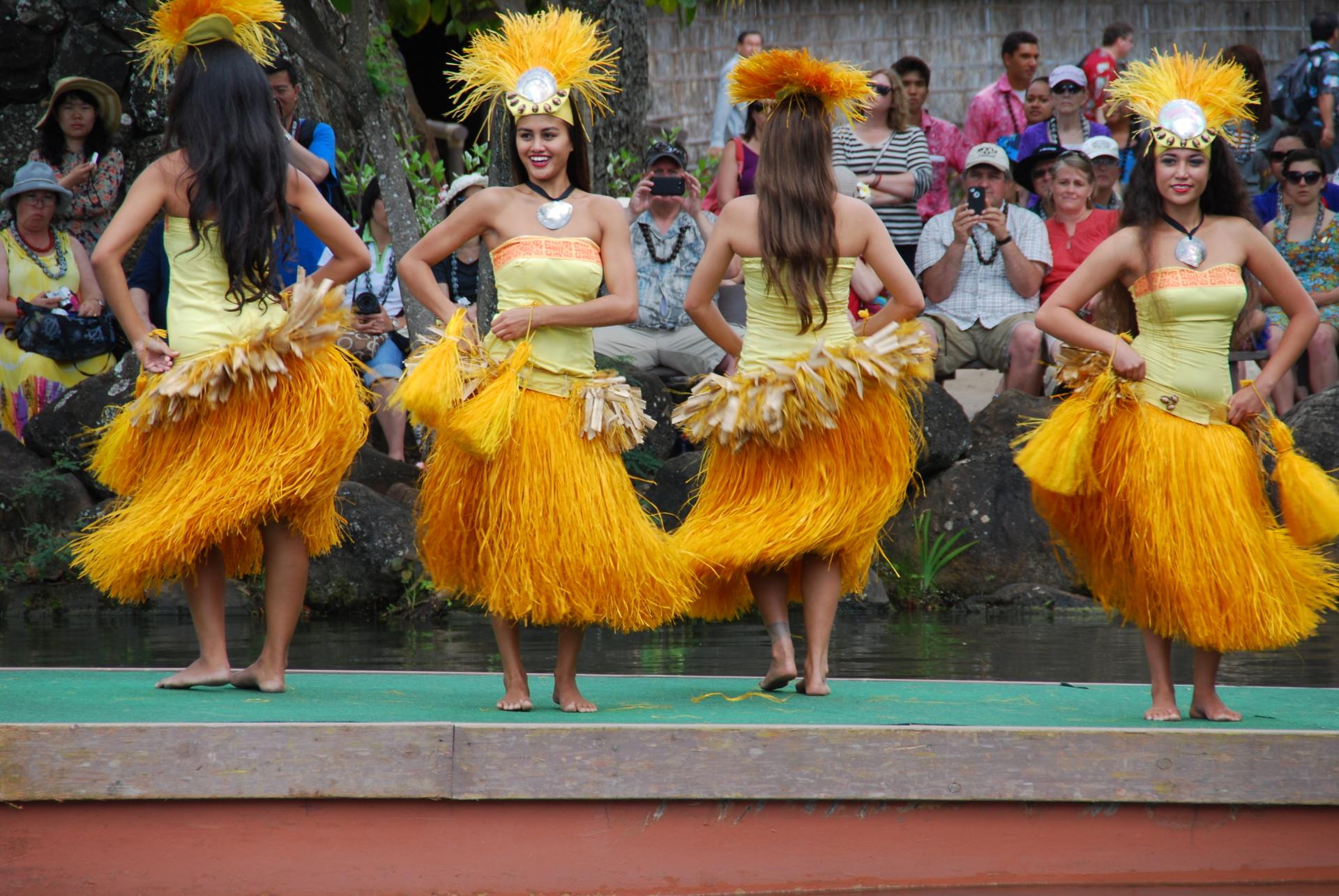 polynesian cultural center oahu hawaii dancer