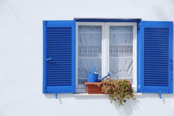 02_Wallpaper-Fensterladen-weiss-blau-Santorini-Griechenland