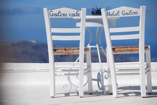 03_Stuehle-Cafe-Galini-Santorini-Griechenland