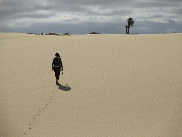 07_Frau-im-Sand-Wueste-Deserto-Viana-Boa-Vista-Kapverden