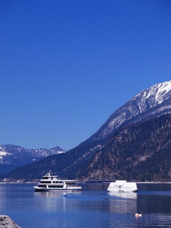 20_Seenschifffahrt-Achensee-Bootshaus-im-Schlepptau-Pertisau-Tirol-Oesterreich