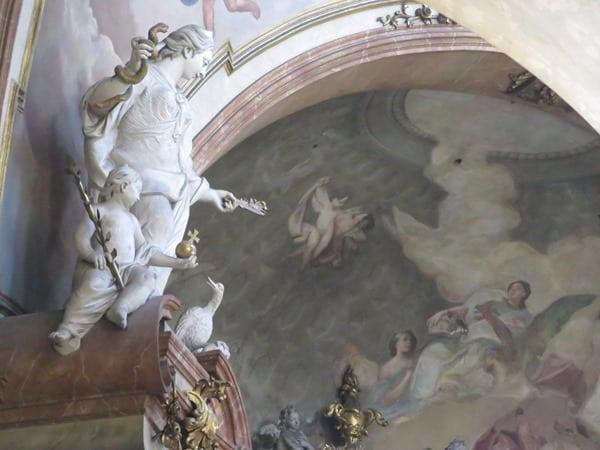 11_Statue-Deckengemaelde-Kirche-St.Nikolaus-Prag-Tschechien