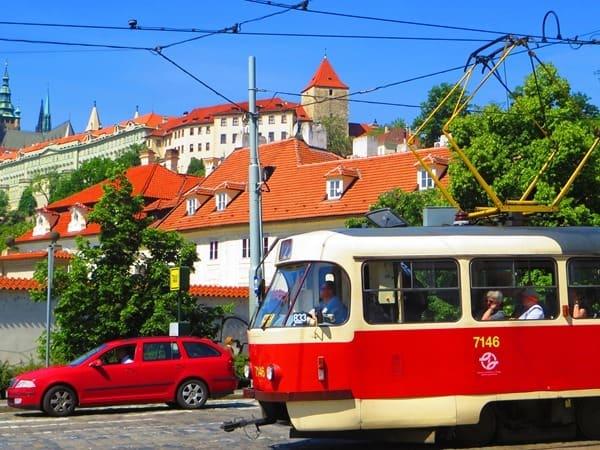 24_Strassenbahn-Prager-Burg-Prag-Tschechei
