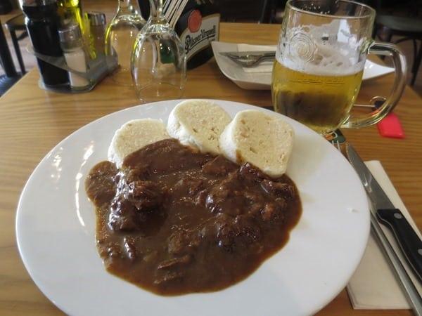 30_Mittagessen-Tschechisches-Gulasch-Knoedel-Pilsner-Urquell-Bier-Prag