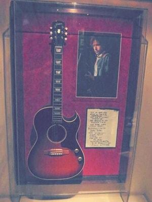 13_Bob-Dylans-Gitarre-Hard-Rock-Cafe-Prag-Tschechien