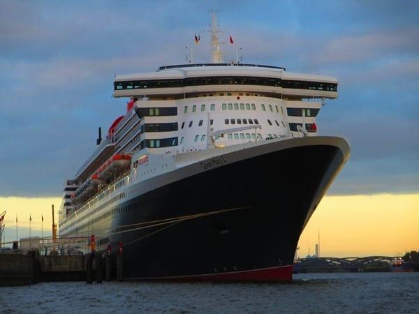 13_Kreuzfahrtschiff-Queen-Mary-2-Hafen-Hamburg-Sonnenuntergang