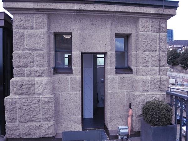 06_Denkmalgeschuetzte-Toilette-Dachterrasse-Hard-Rock-Cafe-Hamburg