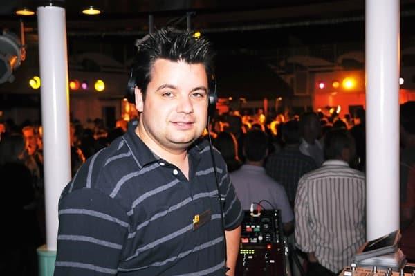 Reiseblogger-Daniel-Dorfer-als-DJ-an-Bord-der-AIDAvita