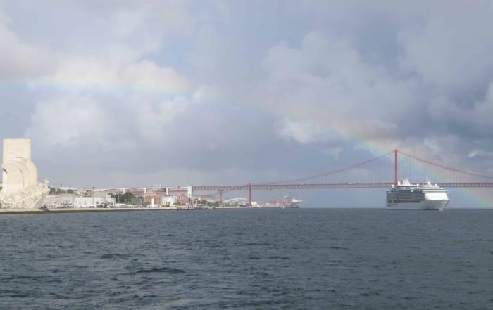 00 Royal Caribbean Kreuzfahrtschiff Independence of the Seas beim Auslaufen Lissabon Portugal mit Rainbow
