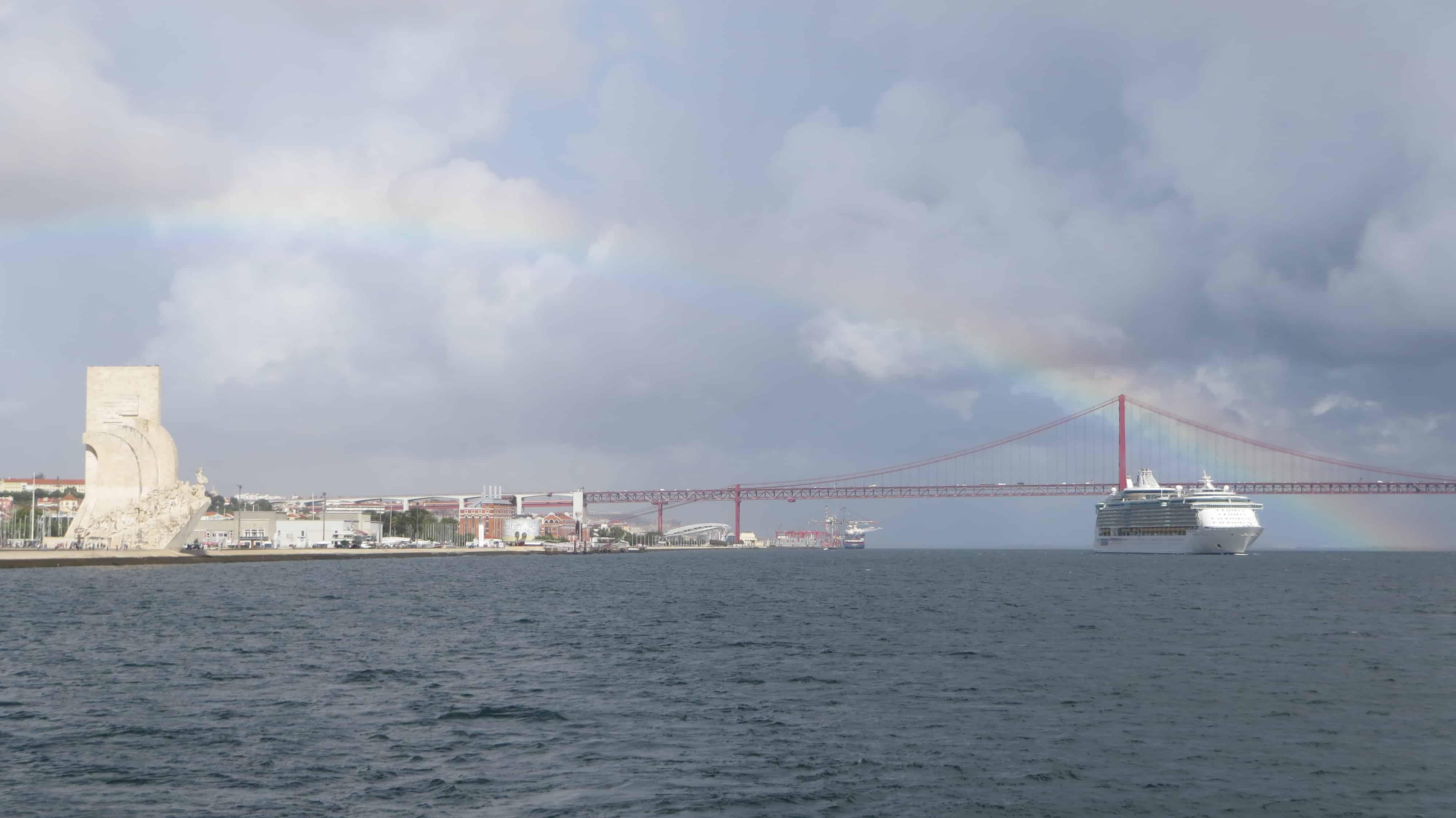 00_Royal-Caribbean-Kreuzfahrtschiff-Independence-of-the-Seas-beim-Auslaufen-Lissabon-Portugal-mit-Rainbow