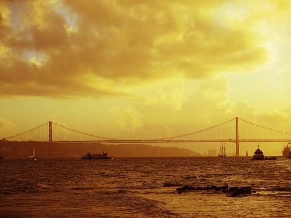 16_Sonneuntergang-Ponte-25-de-Abril-Haengebruecke-Lissabon-Portugal