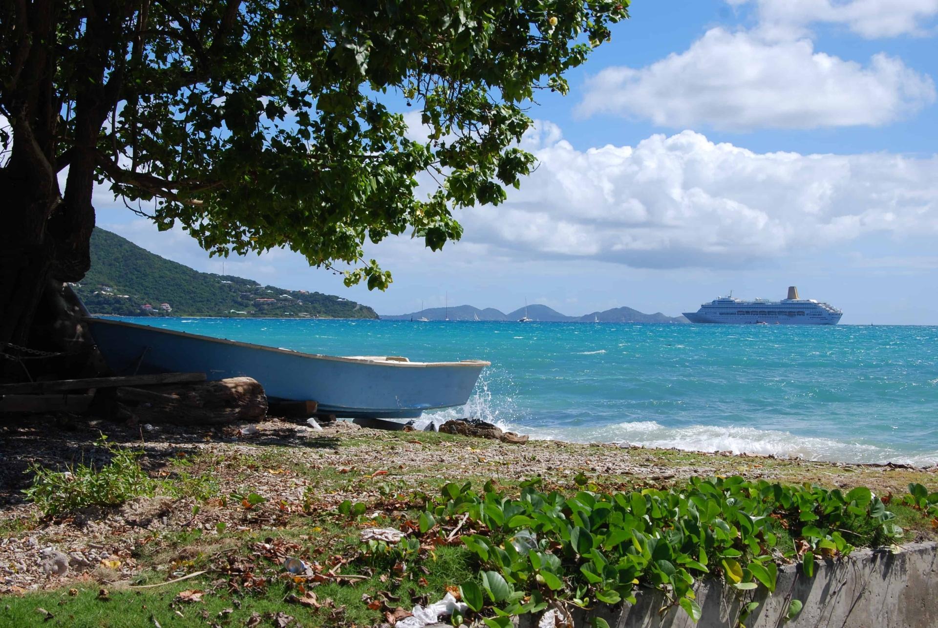 Idyll mit Kreuzfahrtschiff vor Tortola Britsh Virgin Islands Karibik