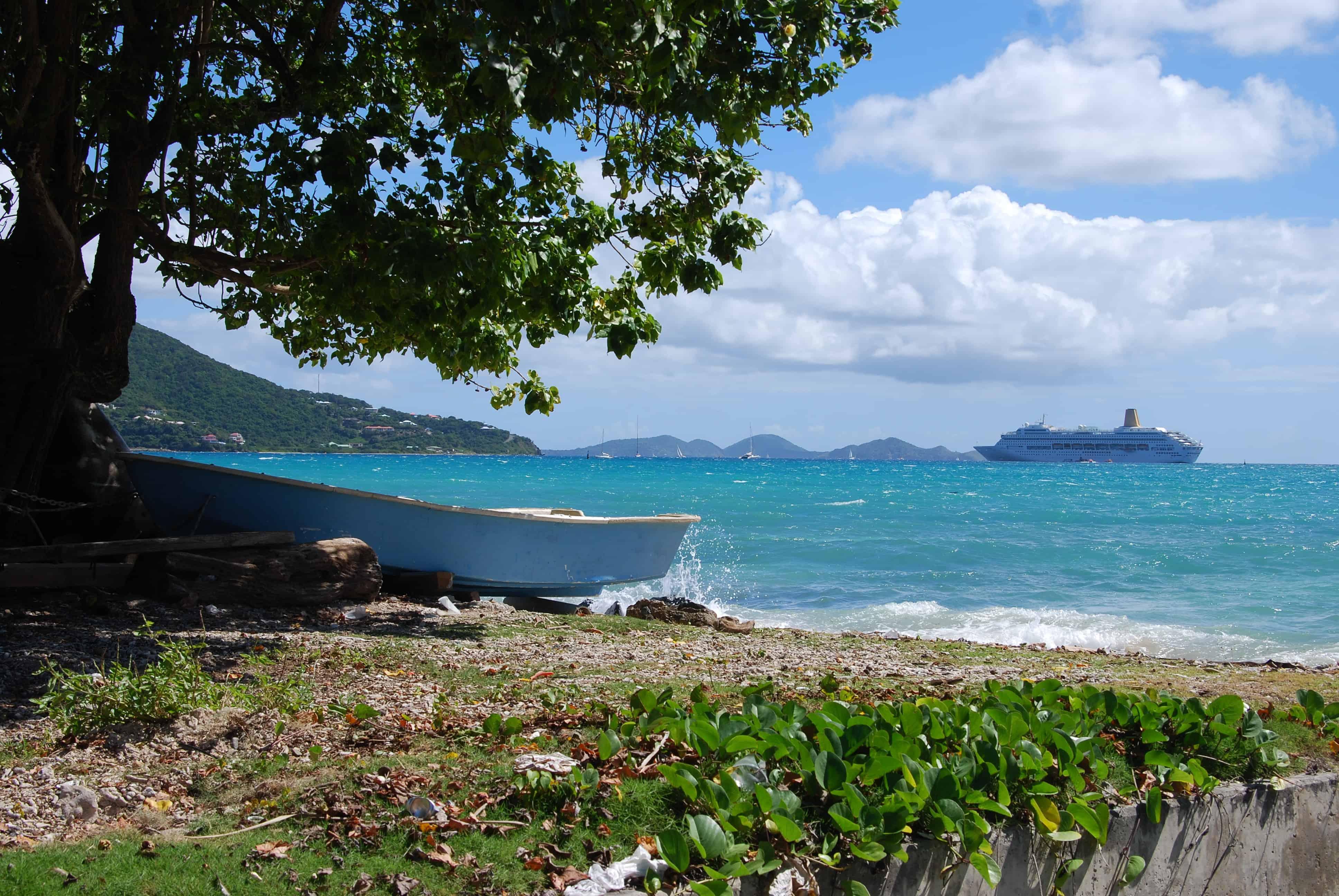 Idyll-mit-Kreuzfahrtschiff-vor-Tortola-Britsh-Virgin-Islands-Karibik