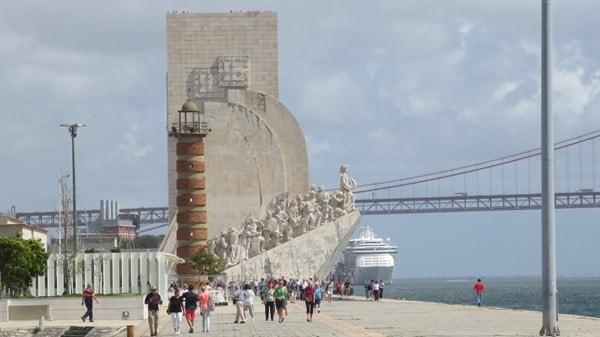 08_Padrao-dos-Descobrimentos-Denkmal-der-Entdeckungen-Leuchtturm-und-Hangebruecke-Belem-Lissabon-Portugal