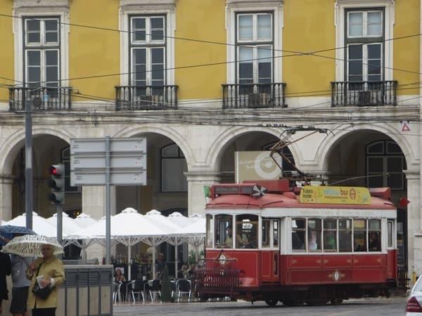 14_Rote-Trambahn-Yellowbus-Lissabon-Portugal