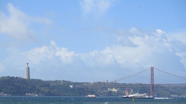 16_Blick-vom-Praca-do-Comercio-ueber-Fluss-Tejo-zur-Haengebruecke-Ponte-25-de-Abril-Lissabon-Portugal