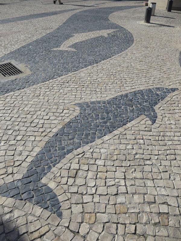 17_Cacilhas-Delphine-Kopfsteinpflaster-Lissabon-Portugal