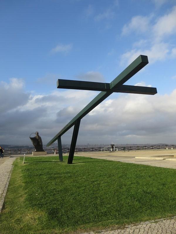 26_Almada-Kreuz-vor-Statue-Christo-Rei-Lissabon-Portugal