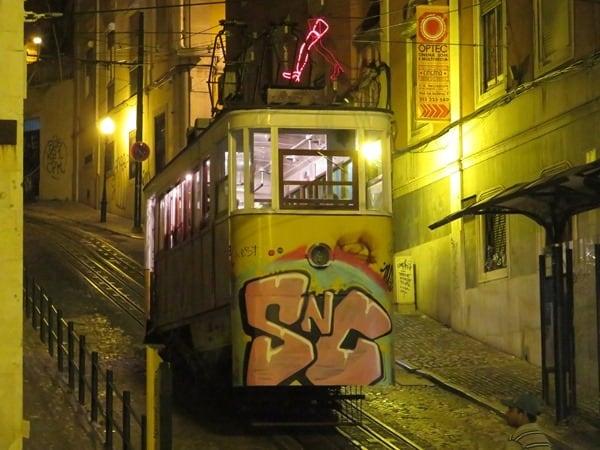 29_Strassenbahn-Trambahn-Elevador-Lissabon-Portugal-nachts