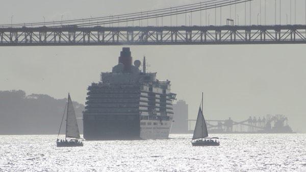 30_Queen-Victoria-Segelboote-Haengebruecke-Tejo-Lissabon-Portugal