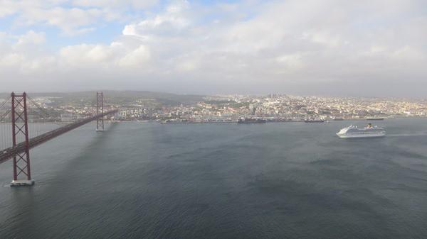 98_Blick-auf-Lissabon-Costa-Fortuna-Tejo-und-Ponte-25-de-Abril-von-der-Statue-Christo-Rei-Portugal