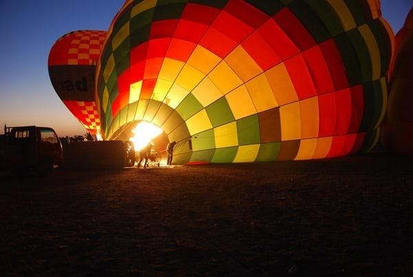 02_Anheizen-bei-Sonnenaufgang-Heisluftballon-Luxor-Aegypten