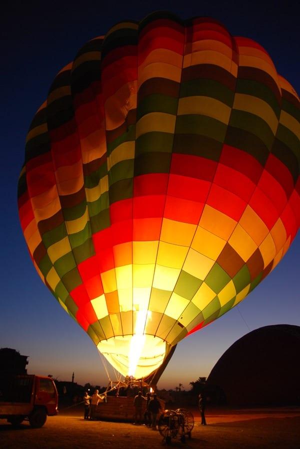 03_Anheizen-bei-Sonnenaufgang-Heisluftballon-Luxor-Aegypten