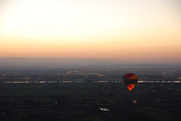 05_Bei-Sonnenaufgang-im-Heisluftballon-Luxor-Aegypten