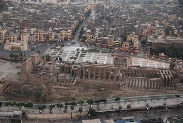 07_Luxor-Tempel-am-Nil-bei-Sonnenaufgang-vom-Heisluftballon-Aegypten