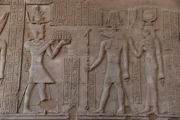07_Pharao-Opfergabe-Sobek-Relief-Doppeltempel-Kom-Ombo-Nilkreuzfahrt-Nil-Aegypten