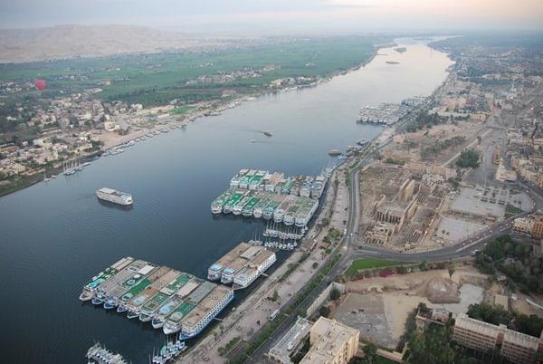 08_Luxor-Tempel-am-Nil-bei-Sonnenaufgang-vom-Heisluftballon-Aegypten-Nilkreuzfahrtschiffe