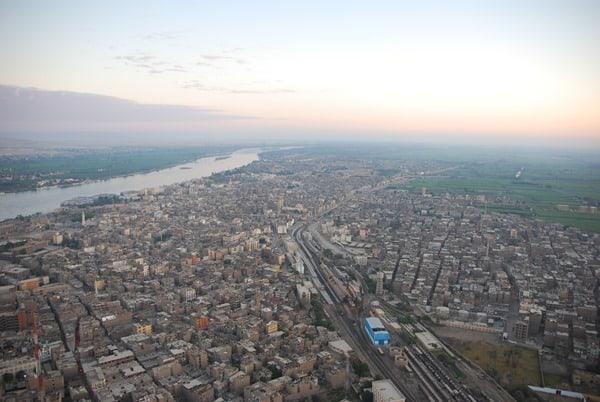 10_Bahnhof-Luxor-bei-Sonnenaufgang-vom-Heisluftballon-Aegypten