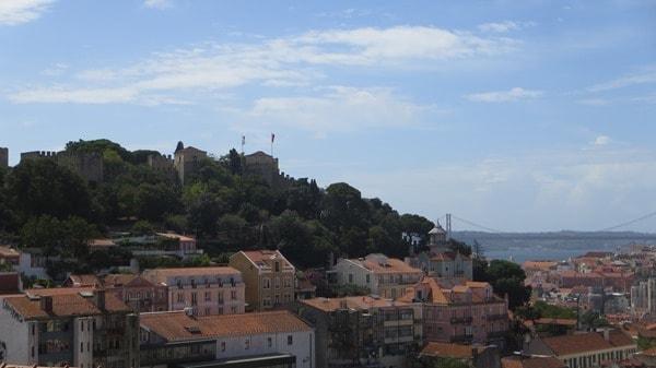 10_Blick-vom-Miradouro-Sophia-de-Mello-Richtung-Castelo-Lissabon-Portugal