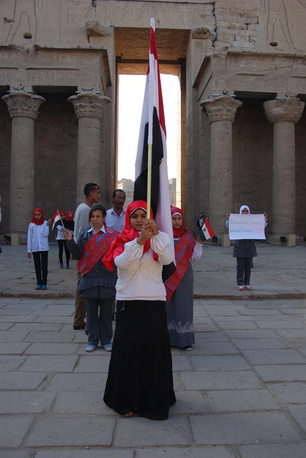 11_Demonstration-Muslima-am-Horus-Tempel-Edfu-Aegypten-Nil-Nilkreuzfahrt