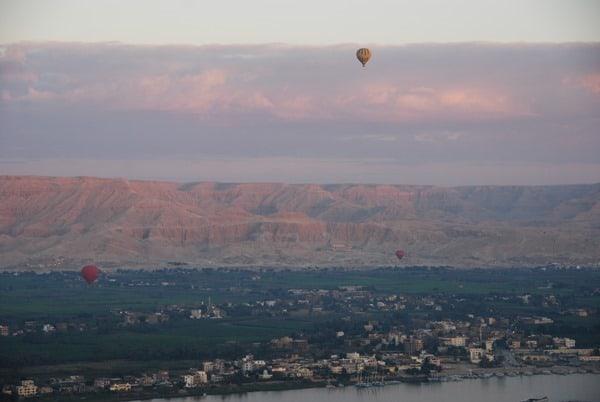 11_Luxor-bei-Sonnenaufgang-drei-Heisluftballone-Aegypten