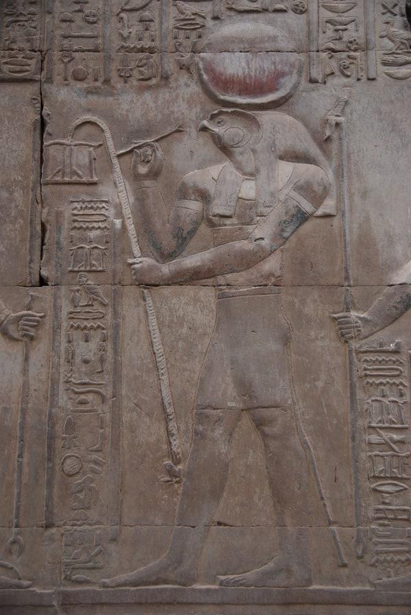 11_farbiges-Horus-Relief-Doppeltempel-Kom-Ombo-Nilkreuzfahrt-Nil-Aegypten