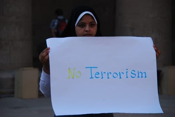 12_Demonstration-Muslima-No-Terrorism-am-Horus-Tempel-Edfu-Aegypten-Nil-Nilkreuzfahrt