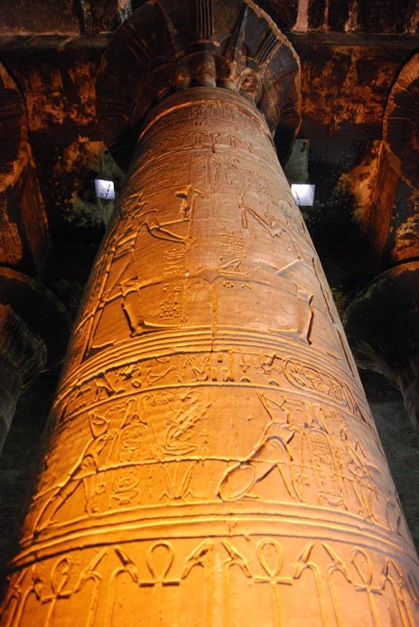 14_Sauele-Horus-Tempel-Edfu-Aegypten-Nil-Nilkreuzfahrt