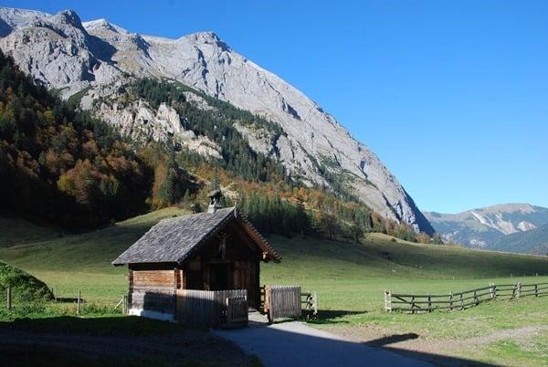 15_Herbst-Karwendel-Kapelle-Almdorf-Eng-Tirol-Oesterreich