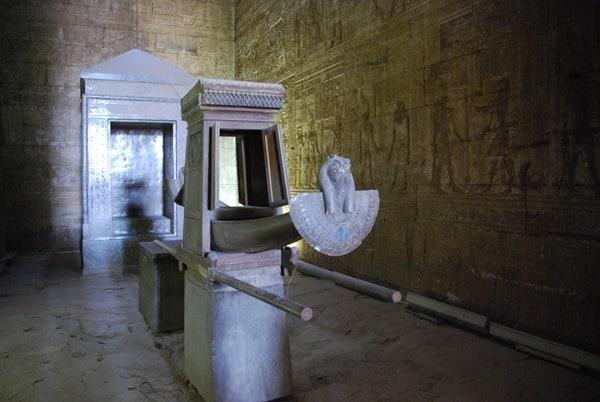 18_Barke-im-Allerheiligsten-des-Horus-Tempel-Edfu-Aegypten-Nil-Nilkreuzfahrt
