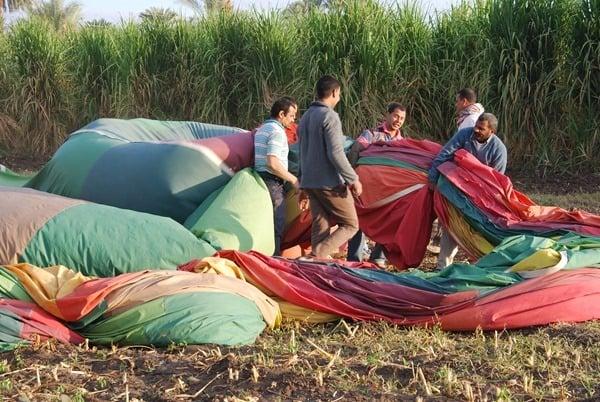 19_Packen-des-Heissluftballon-bei-Luxor-Aegypten