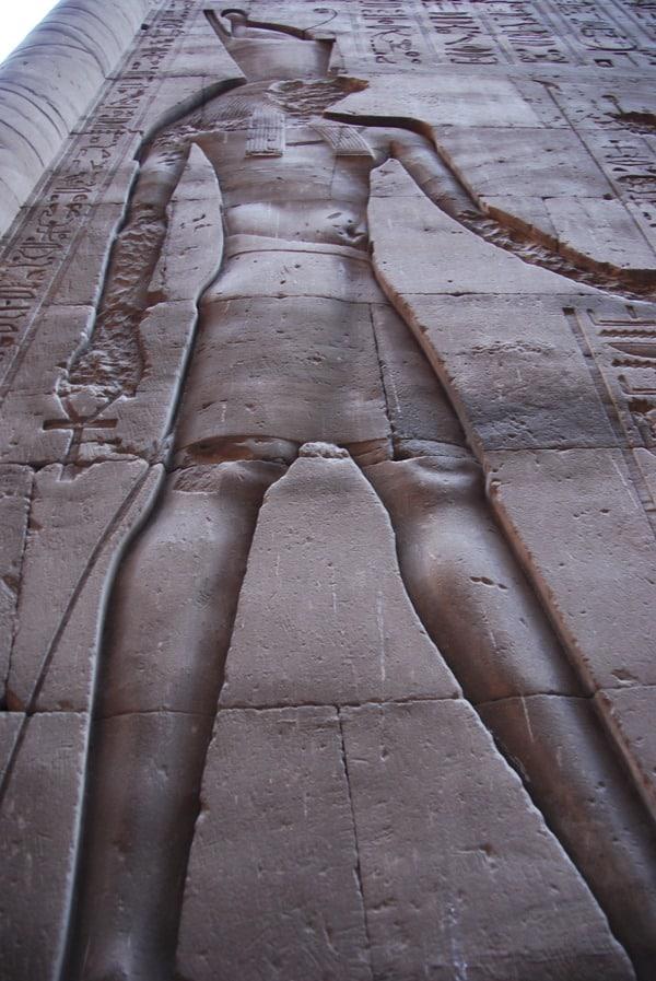 22_zerstoertes-Horus-Relief-am-Tempel-in-Edfu-Aegypten-Nil-Nilkreuzfahrt