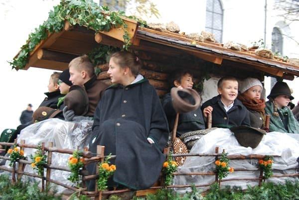 23_Kinder-auf-dem-Wagen-Bad-Toelz-Leonhardi-Wallfahrt-Oberbayern-Bayern