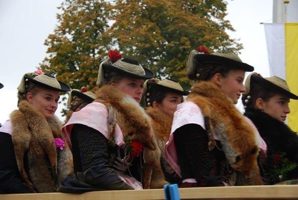 25_Junge-Frauen-in-der-Kutsche-Bad-Toelz-Leonhardi-Wallfahrt-Oberbayern-Bayern