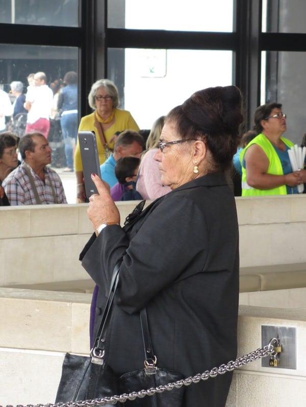 13_Selfie-bei-der-Heiligen-Messe-mit-Jungfrau-Maria-Fatima-Portugal