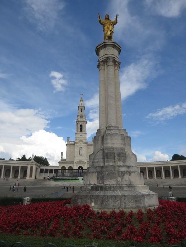 24_Jesus-Statue-am-Brunnen-vor-Basilica-Antiga-Santuario-de-Fatima-Portugal