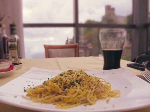Reiseziel-Juni-Italien-Spaghetti-Carbonara-Coca-Cola-in-San-Marino